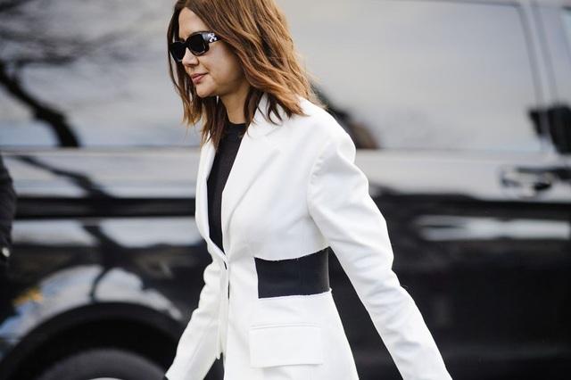 Quý bà thanh lịch trong bộ đồ đen trắng