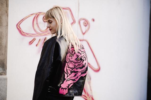 Áo khoác da đen họa tiết hổ màu hồng chất chơi