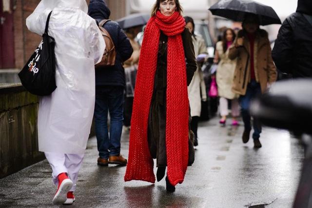 Chiếc khăn quàng cổ là điểm nhấn đích thực