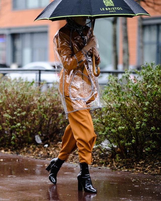 Chiếc áo trong suốt phù hợp với những ngày mưa