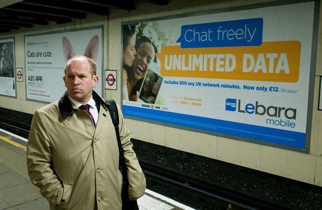 Người đàn ông vô tình bị khoác lên đôi tai thỏ.
