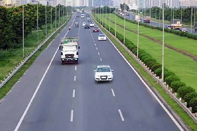 Việc đi giữa hai làn đường là một hành vi lái xe thực sự nguy hiểm trên cao tốc.