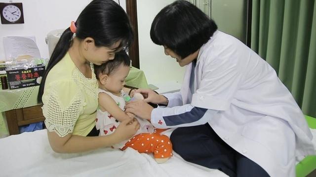 """Sau mối nhân duyên ấy, """"bác sĩ Xì Trum"""" Phương Hạnh đã được chị Hà giới thiệu về hoàn cảnh của bé Quyên – cô bé mắc bệnh virus não Nhật Bản dẫn đến hoại tử tứ chi. Bản năng của một người thầy thuốc đã thôi thúc chị làm một điều gì đó, chắp cánh cho cô bé kém may mắn nhưng có sức sống mãnh liệt."""