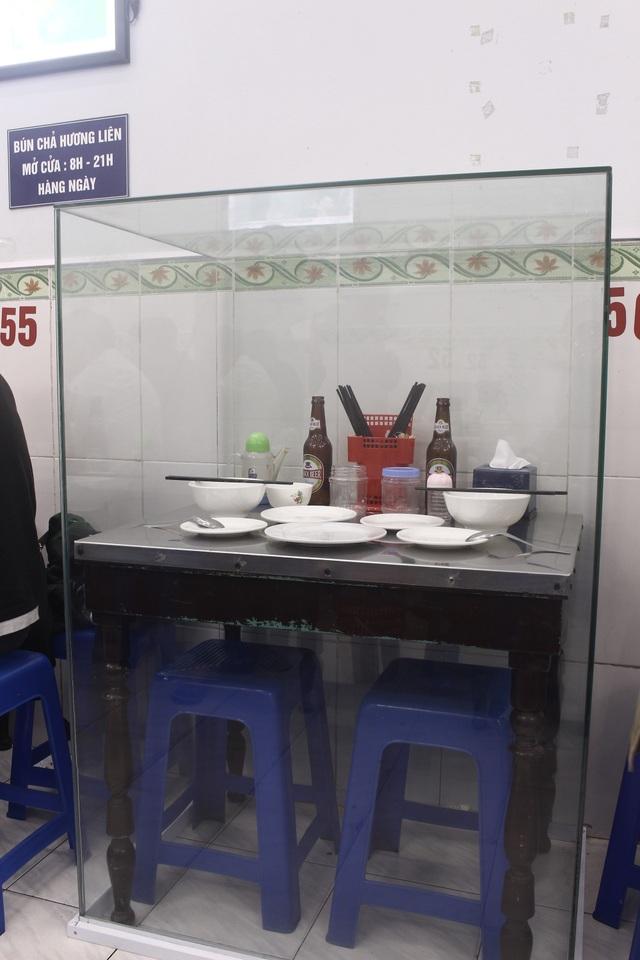 Bộ bàn ghế ông Obama từng dùng được đóng khung kính nằm ở tầng 2 quán bún chả trên phố Lê Văn Hưu. (Ảnh: Hồng Vân)