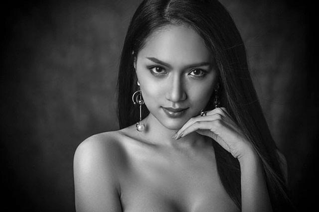 Trong loạt beauty shot, đại diện Việt Nam chinh phục người hâm mộ khi thể hiện thần thái xuất sắc. Bên cạnh nhiều đối thủ mạnh được đánh giá cao như đại diện đến từ Thái Lan, Brazil, Australia, Hương Giang vẫn xinh đẹp nổi bật.