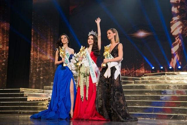 Từ trái sang: Á hậu 2- người đẹp Thái Lan, Hoa hậu Hương Giang và Á hậu 1- người đẹp Úc.