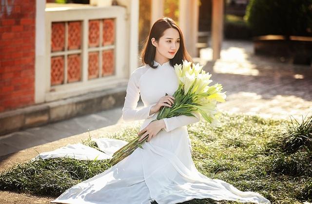 Xao lòng ngắm người đẹp bên hoa loa kèn đầu mùa - 9
