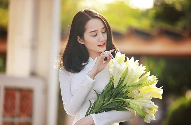 Xao lòng ngắm người đẹp bên hoa loa kèn đầu mùa - 8