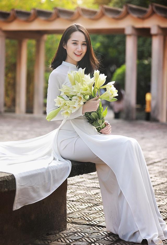 Xao lòng ngắm người đẹp bên hoa loa kèn đầu mùa - 6