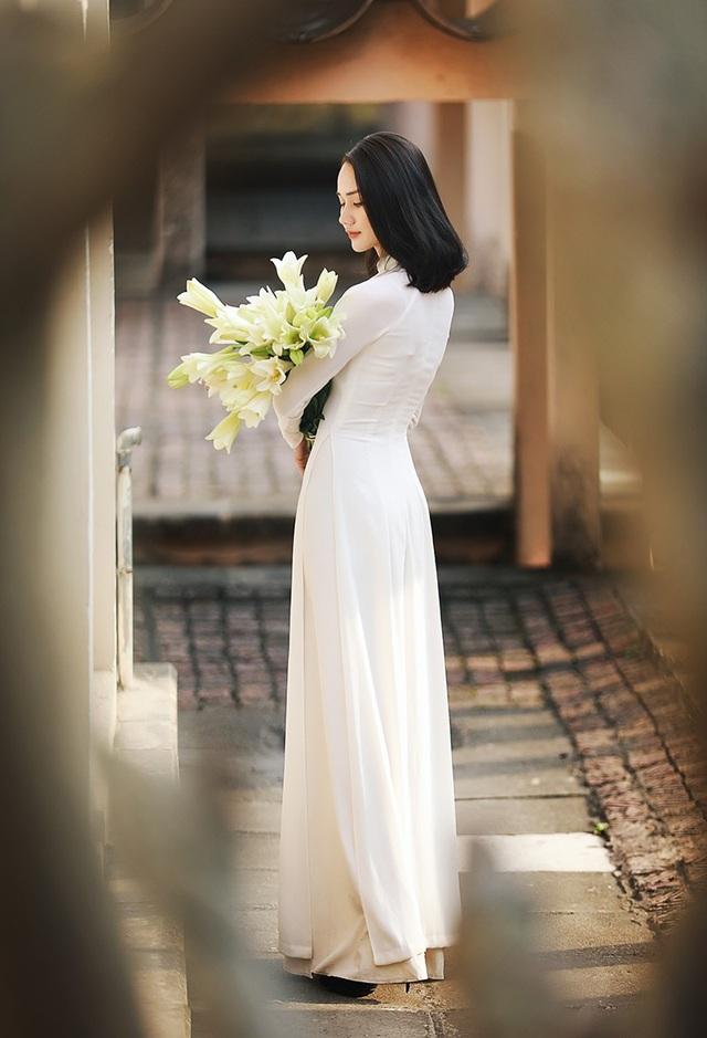 Xao lòng ngắm người đẹp bên hoa loa kèn đầu mùa - 5