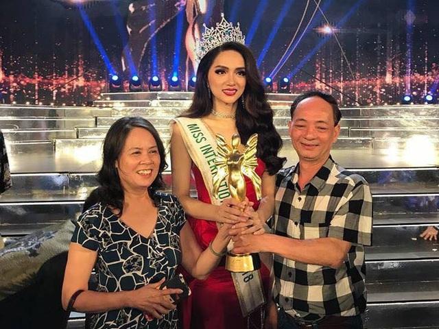 Đặc biệt, ba mẹ của Hương Giang Idol cũng đã sang Thái Lan để ủng hộ con gái và chia sẻ niềm vui khi cô đăng quang.