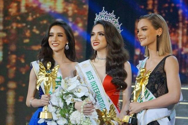 Hương Giang đã rơi nước mắt khi được MC xướng tên trở thành Tân Hoa hậu Chuyển giới Quốc tế 2018.