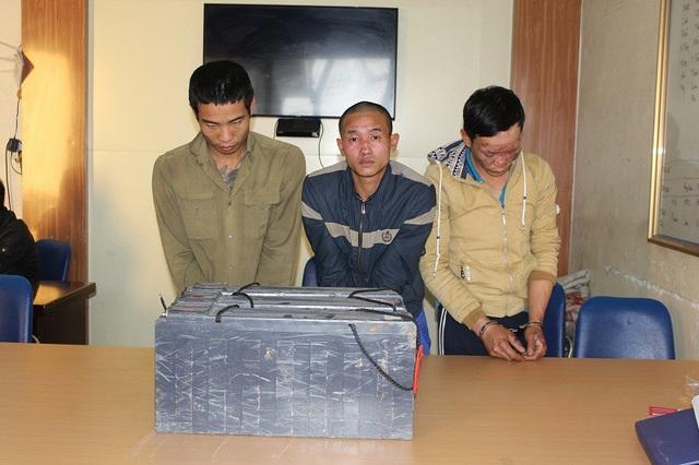 Các đối tượng trong đường dây trộm cắp tới 39 bình ắc qui trên các địa bàn tại cơ quan công an (ảnh TT VH&TT Đông Triều)