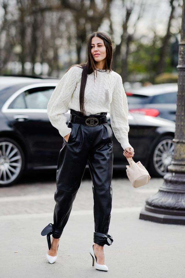 Áo len và quần da cạp cao - cặp đôi hoàn hảo