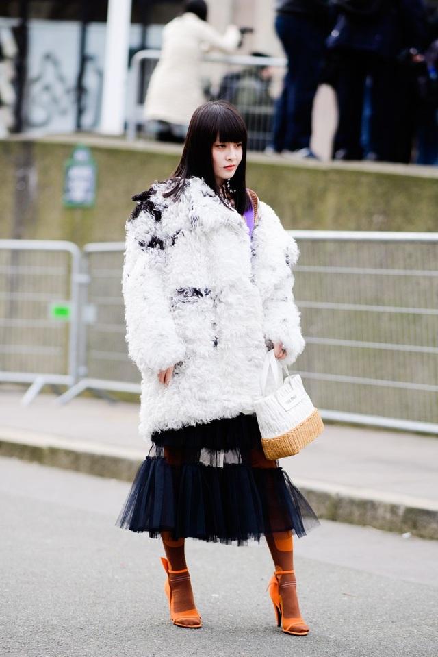 Áo lông và váy ren rất hợp mốt