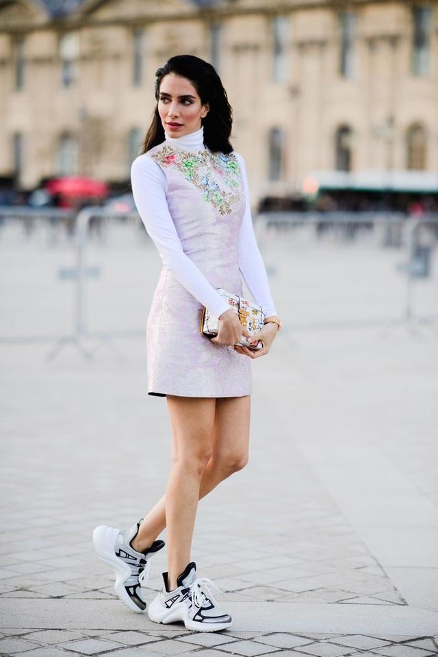 Váy hoa chìm kết hợp giày thể thao cá tính