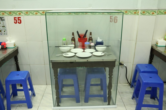 Những vật dụng được trưng bày chiếm một góc nhỏ tại quán.