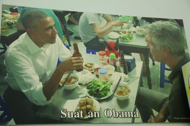 Tại quán cũng treo bức ảnh ông Obama và đầu bếp Anthony Bourdain đang ăn bún chả và uống bia Hà Nội.