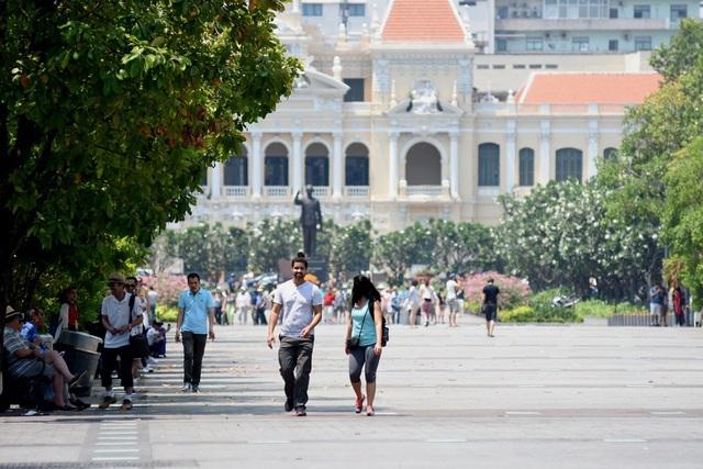 Tuy là giờ trưa nhưng phố đi bộ Nguyễn Huệ có khá đông du khách