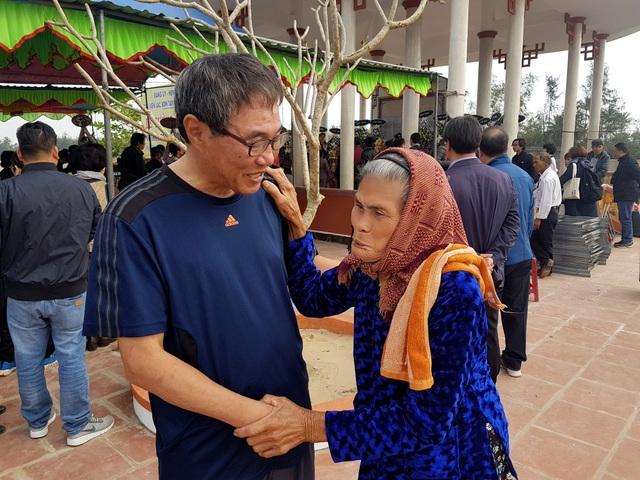 Một đại biểu trong đoàn hàn Quốc chia sẻ với người thân của nạn nhân