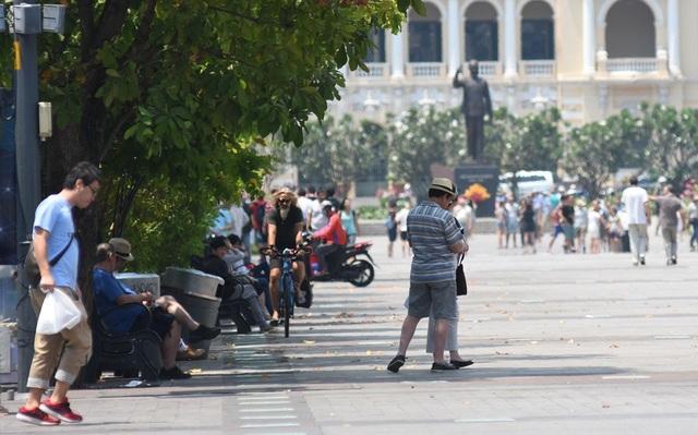 Vị khách đi xe đạp này bị lực lượng bảo vệ tại khu tượng đài Bác Hồ mời ra ngoài nhưng vẫn ngoan cố di chuyển trong phần đường của người đi bộ, hướng về phía bến Bạch Đằng