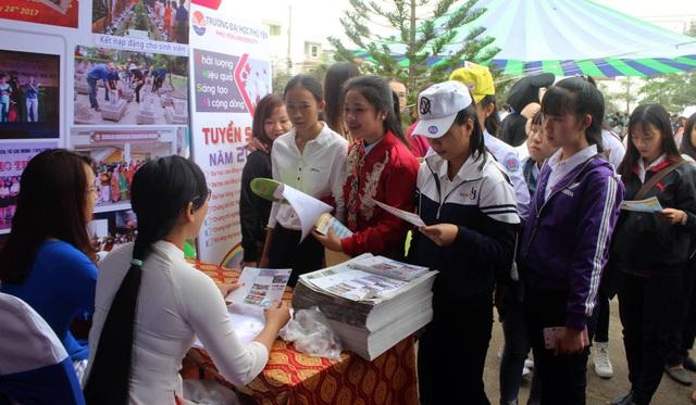 Học sinh tham gia tư vấn tại Đại học Phú Yên