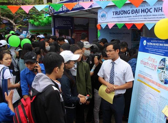 Đại học Nha Trang cử giáo viên trực tiếp tư vấn cho học sinh