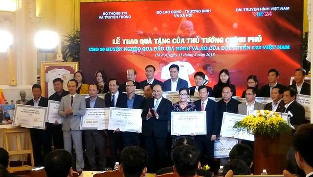 Thủ tướng Nguyễn Xuân Phúc trao tặng kinh phí xây dựng 500 căn nhà tình nghĩa.
