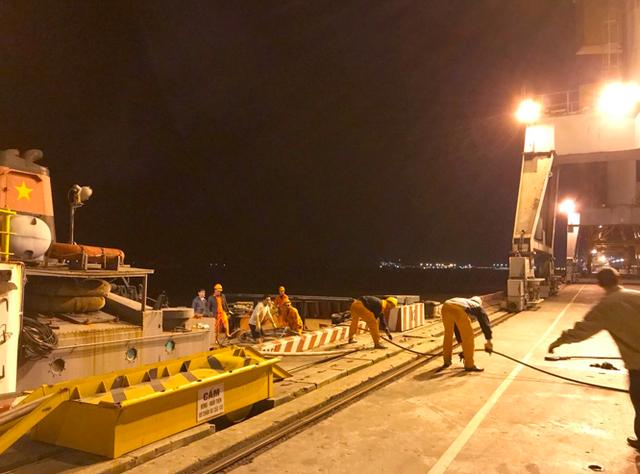 Cận cảnh tàu xăng dầu chìm trong lửa ở cảng Hải Phòng - 5