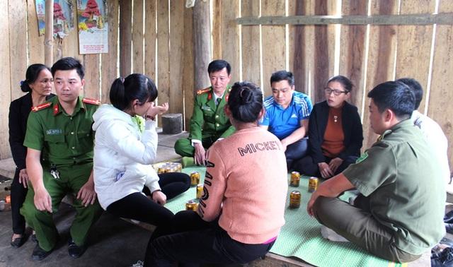 Công an huyện Quỳ Hợp, CA tỉnh Nghệ An bàn giao em H. cho gia đình.