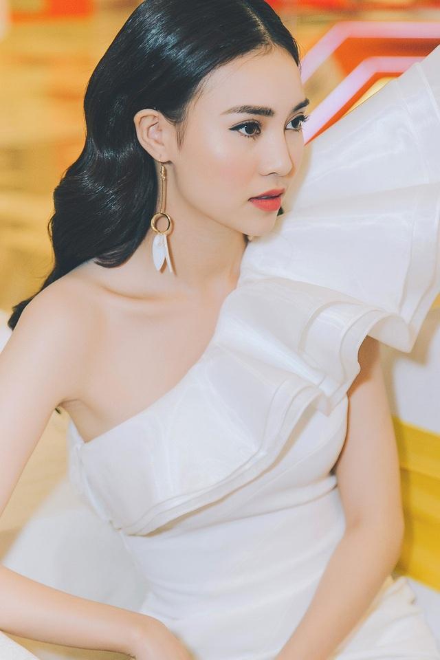 """Năm 2018 sẽ là một năm làm việc hết công suất, chăm chỉ kiếm tiền của nữ diễn viên """"Cô Ba Sài Gòn"""" bởi người đẹp vẫn đang trong giai đoạn """"trả nợ ngân hàng"""" do vừa mua thêm một căn nhà mới thứ 2."""