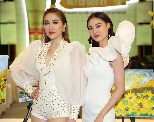 Bên cạnh Ninh Dương Lan Ngọc, chương trình còn có sự tham gia của nữ ca sĩ Bảo Thy. Không hẹn mà gặp, cả hai chị em đều diện trang phục trắng.