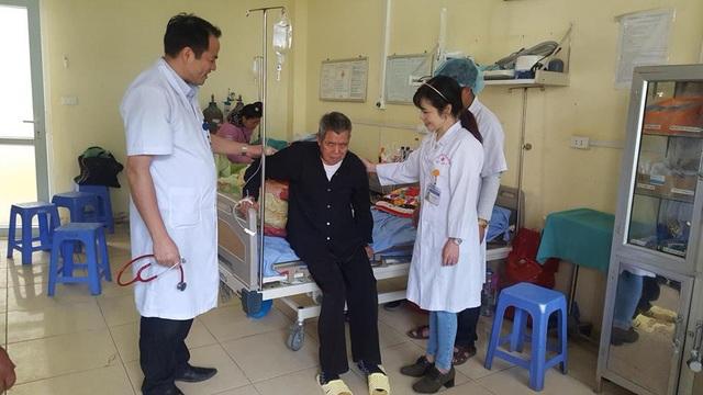 BS Khuất Thanh Bình (ngoài cùng bên trái) kiểm tra tình hình phục hồi của bệnh nhân Vũ Long B.