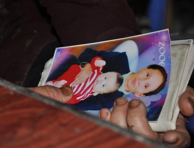 Tấm ảnh chụp 2 bà cháu khi các con qua đời được bà giữ gìn cẩn thận.