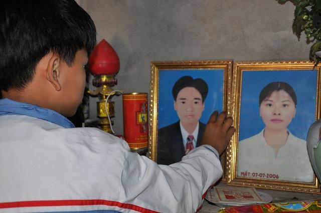 Mẹ mât khi em mới 8 tháng tuổi, 3 tháng sau bố cũng qua đời nên trong kí ức của Chung em chỉ biết đến bố mẹ qua 2 tấm di ảnh trên bàn thờ.