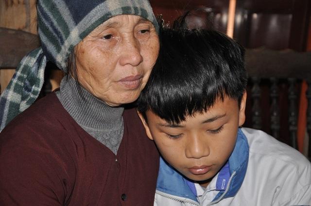 Bé Chung lớn lên nhờ những bữa sữa bà đi xin được.