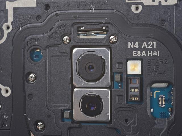Đây là nơi đặt camera kép và các chuyên gia phát hiện nó chỉ có 2 lá khẩu thay vì 5-6 lá như các camera truyền thống khác