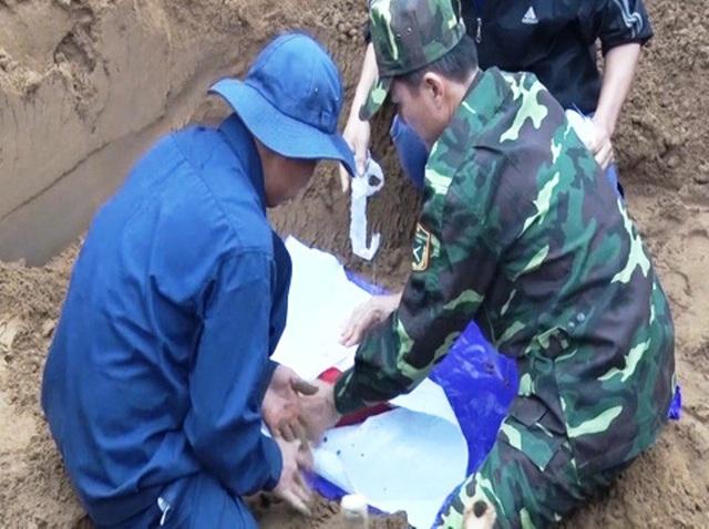 Lực lượng chức năng quy tập hài cốt liệt sĩ tại bờ sông Thạch Hãn tháng 1/2018