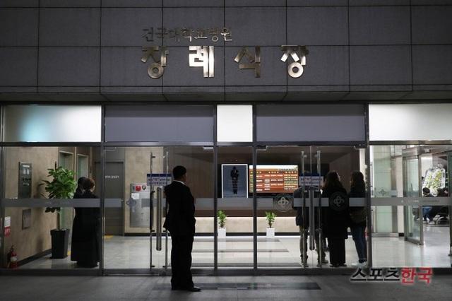 Khu vực diễn ra tang lễ của ngôi sao quá cố Jo Min Ki được phong toả, đóng kín.