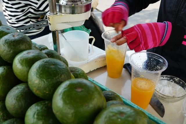 Theo ghi nhận, có nhiều loại nước giải khát như chanh dây, dừa nước,… nhưng đa phần người dân chọn nước cam để giải nhiệt.