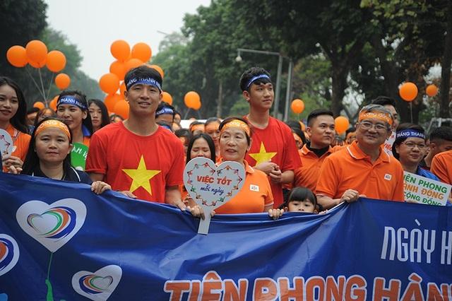 Hai cầu thủ U23 đi bộ cùng hàng ngàn người trên phố đi bộ Hà Nội