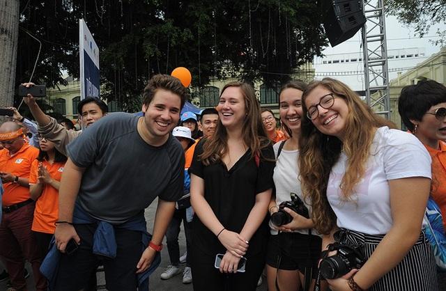 Những bạn trẻ nước ngoài cũng hào hứng tham gia chương trình Ngày hội tình nguyện, Ngày làm việc tốt