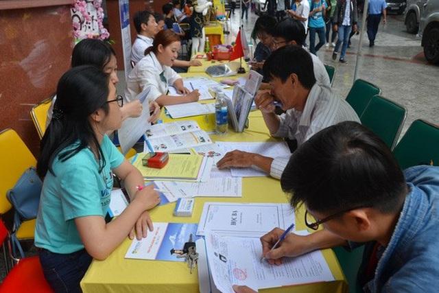 Bộ Giáo dục và Đào tạo khuyến cáo chỉ nên theo học văn bằng quốc tế đối với những trường đượcViệt Nam công nhận. Trong ảnh: Đăng ký học chương trình liên kết giữa Trường ĐH Công nghệ TP HCM và Viện Công nghệ Việt - Nhật Ảnh: TẤN THẠNH