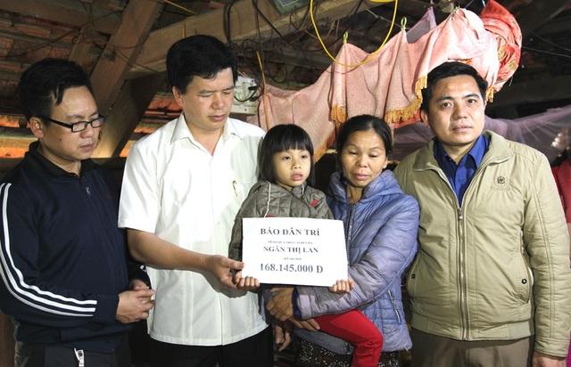 Ông Nguyễn Đình Hùng - Bí thư Huyện ủy huyện Con Cuông và PV Dân trí cùng lãnh đạo xã Mậu Đức trao 168.145.000 đồng tới gia đình cháu Trúc Linh.