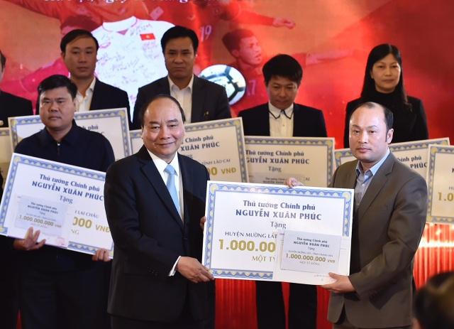 Thủ tướng trao tặng 20 tỷ thu được từ việc đấu giá cho đại diện 20 huyện nghèo