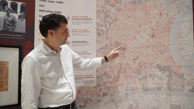 GS Adward Miller chỉ tay về vị trí nơi ông Ngô Đình Diệm bị ám sát. Đây là tấm bản đồ ông dày công nghiên cứu cũng như tổng hợp tư liệu từ nhiều nguồn