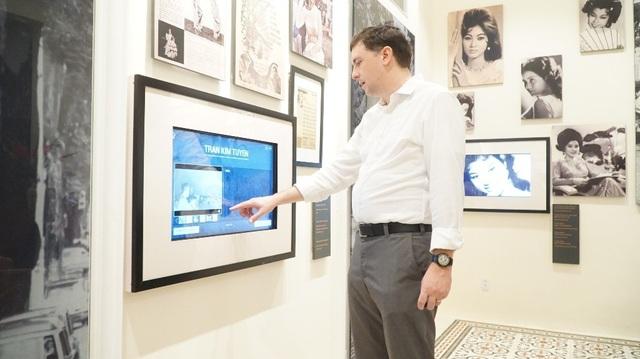 """Ông Edward đang trải nghiệm trên màn hình cảm ứng về những thông tin lịch sử, một cách làm mới của hội trường Thống Nhất. """"Triển lãm này rất ấn tượng, rất hay, rất hiện đại, sinh động, nó làm cho tôi không phải lướt qua lịch sử một cách hời hợt!"""", một khách tham quan đến với không gian cuộc triển lãm cũng chia sẻ về cách thể hiện mới này."""