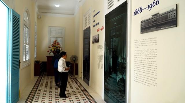 Ở tầng trệt, nhiều hình ảnh quý về dinh Norodom - nơi ở và làm việc của Thống đốc Nam Kỳ được chính quyền Pháp xây dựng từ năm 1868 được công bố.