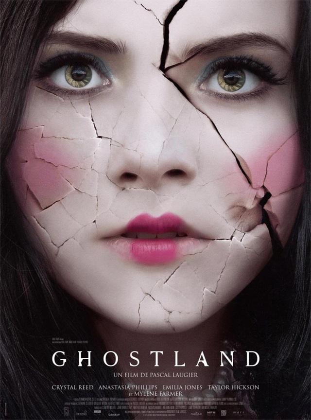 """Bộ phim kinh dị """"Ghostland"""" sẽ được công chiếu tại Pháp vào tuần tới. Poster của """"Ghostland"""" chính là gương mặt của nữ diễn viên Hickson trong tạo hình búp bê sứ với gương mặt… vỡ nát."""