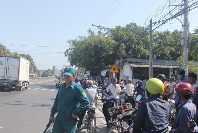 Hàng trăm người dân vây quanh hiện trường sau vụ tai nạn thương tâm